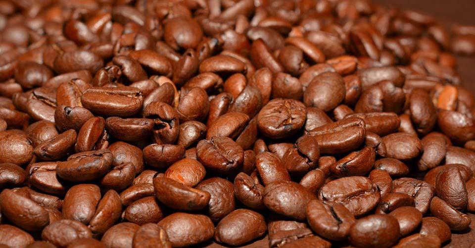 kaffee und kaffeebohnen